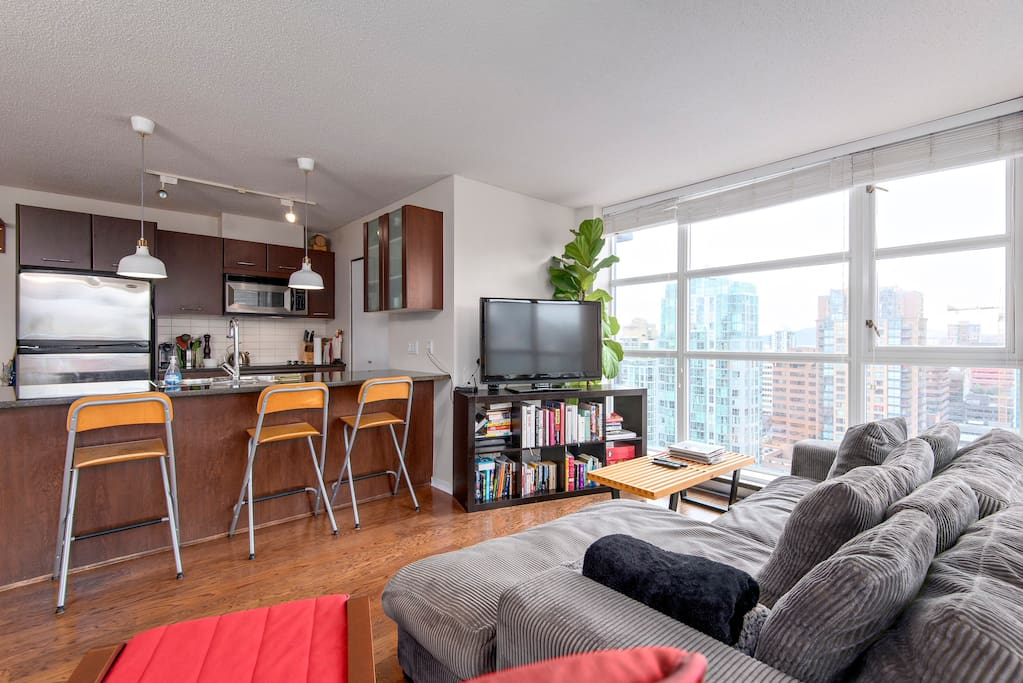 Flat screen tv, wifi and a Chrome Cast to link your Netflix.  There is cable but it is only basic.  There is also PVR.  Also views of English Bay from the living room and great sunsets.