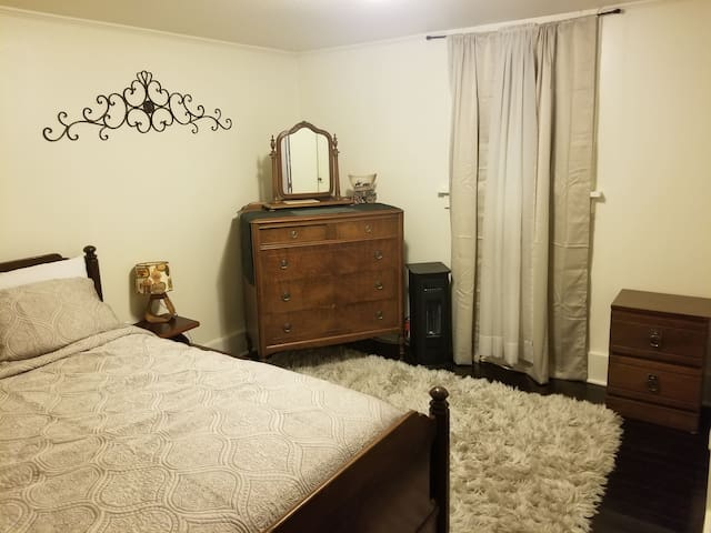 Comfortable 2 Bdrm Basement Apartment