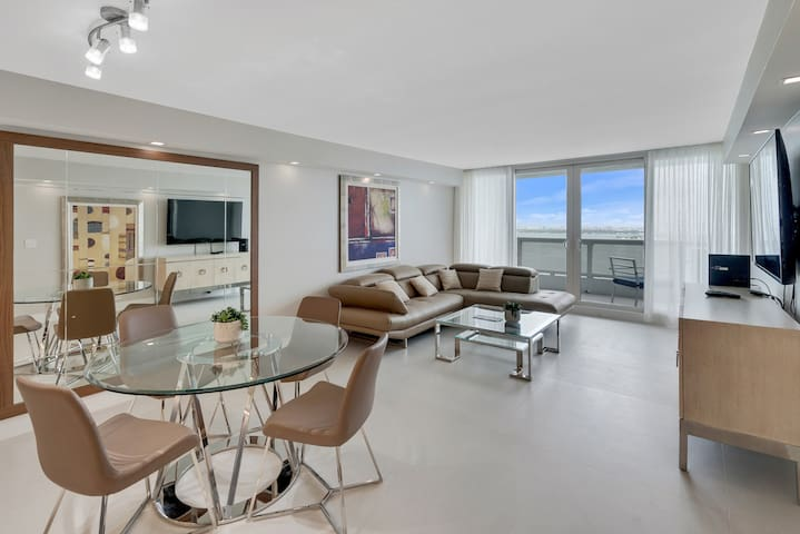 Grand 3232 | Downtown Miami | Deluxe 2BR | Ocean View + Balcony