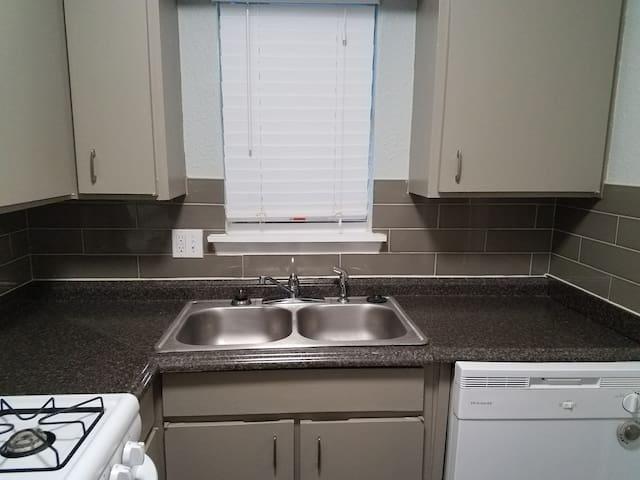 2 room 1 bath furnished Apt 1 mile from Baylor