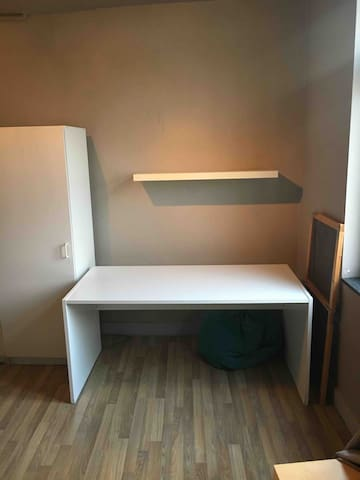 Room close to Gent station and tram to city-centre