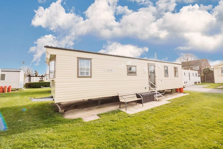 Superb 8 berth caravan for hire at Haven Hopton Holiday Park ref 80085S