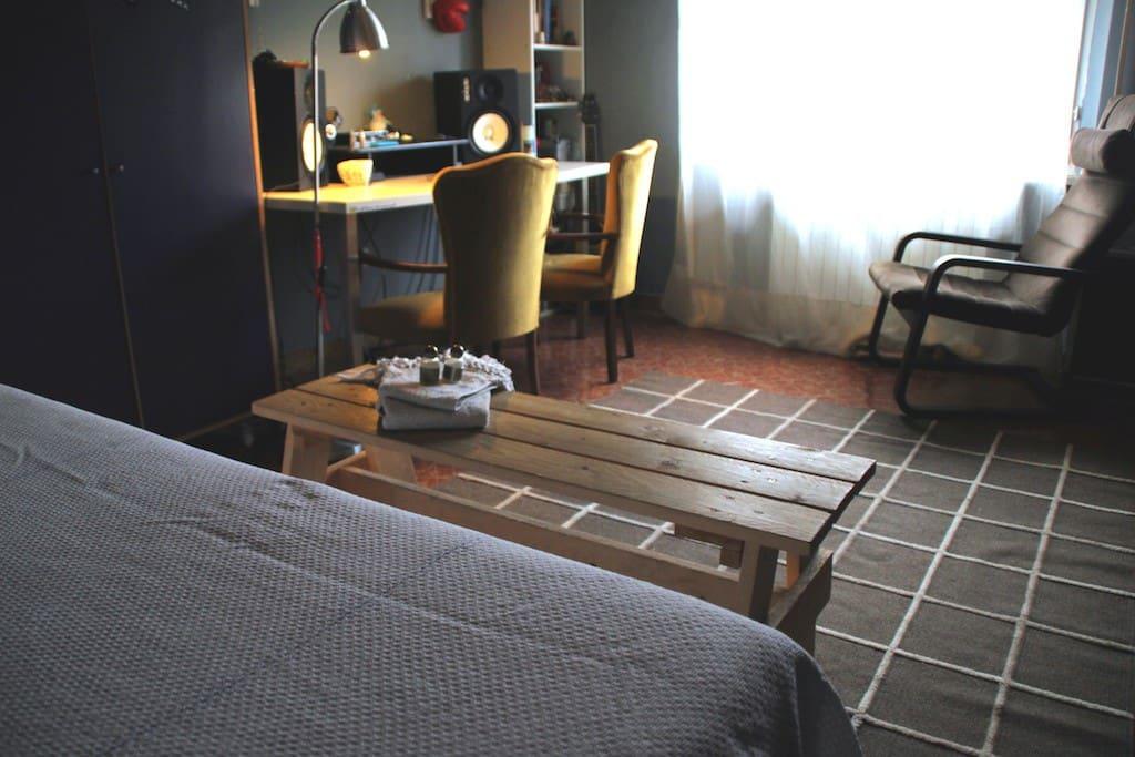 Camera privata con ampia finestra