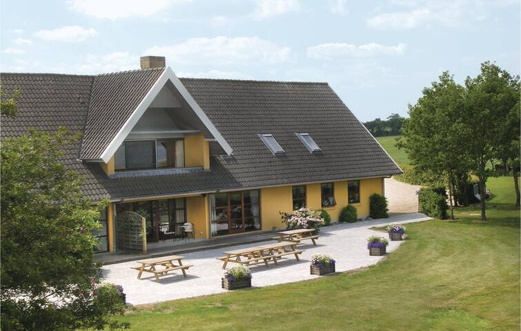 Holiday cottage with 8 bedrooms on 1550 m²