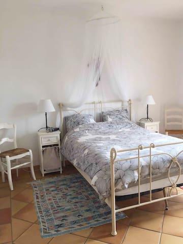 La chambre parentale, lit double 140 X 190 cm.Linge de lit compris.
