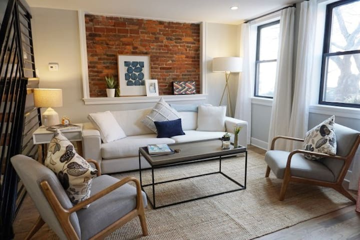Contemporary Townhouse in Queen Village with Patio