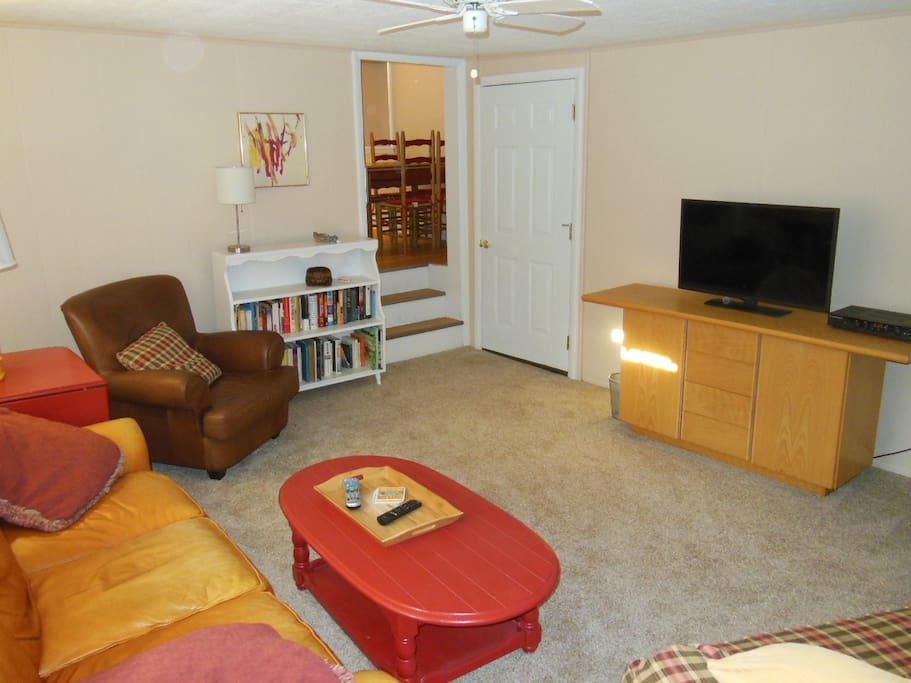 Living Rm: Cable TV, Wi-Fi, DVD, A/C
