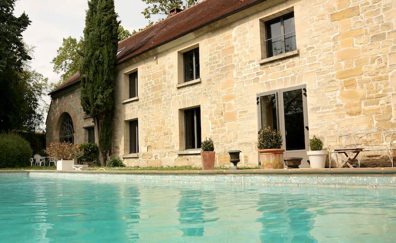 Jolie chambre, vue piscine : La Romantique