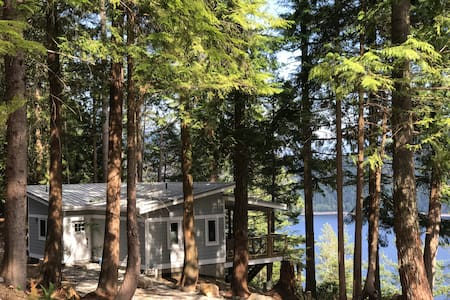 Cedar Bluff Cabin, towering trees with ocean view!