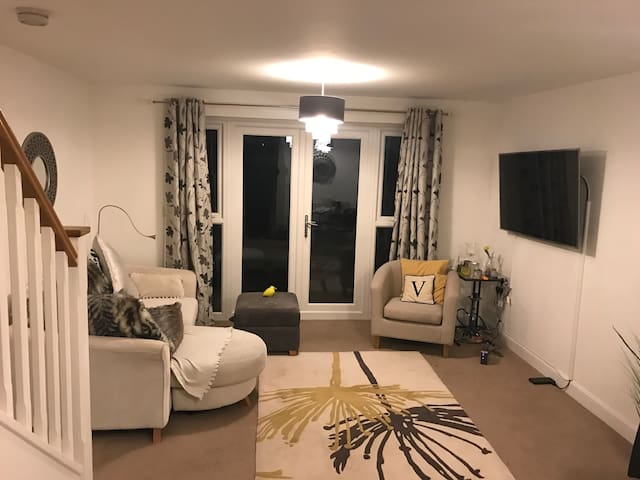Modern Room private w/c off M4 - to Cardiff/Rugby