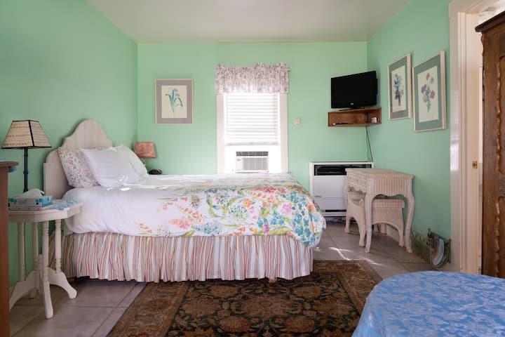 Secret Garden Inn & Cottages- Queen room jacuzzi