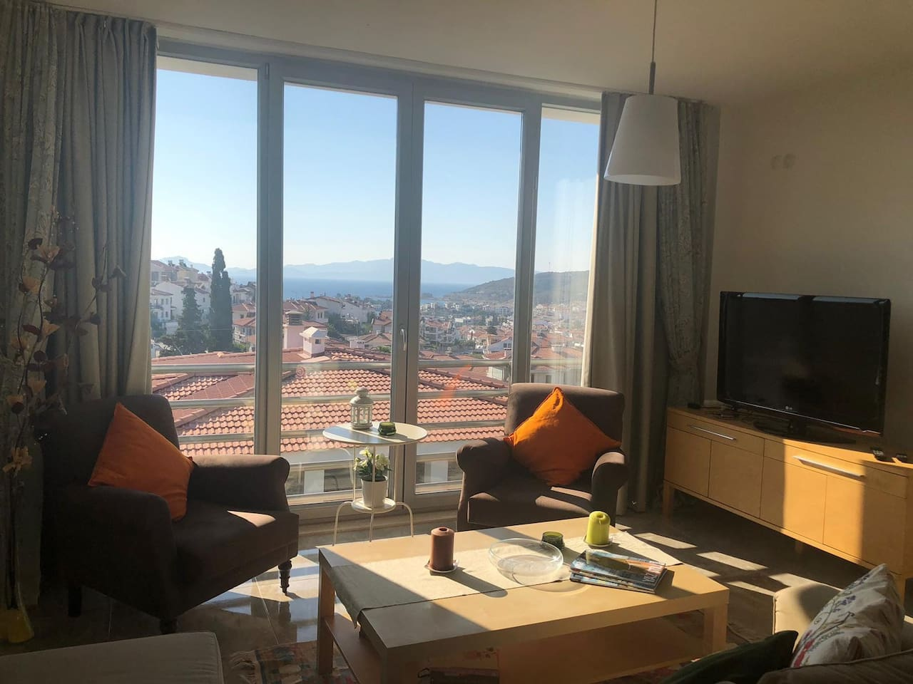 The spacious living room with the view of the Mediterran see