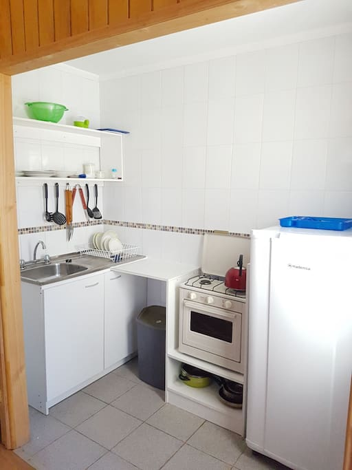 Todas las cabañas tienen cocina independiente y estan equipadas con todo lo basico para que puedas preparar y guardar tu alimentos