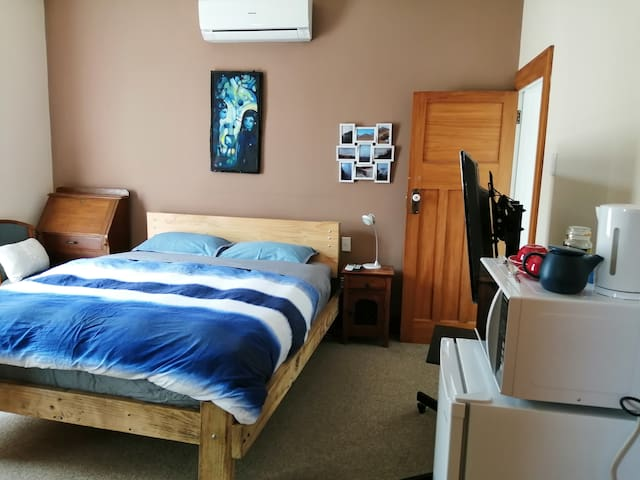 Lovely ensuite room wıth king bed and aircon