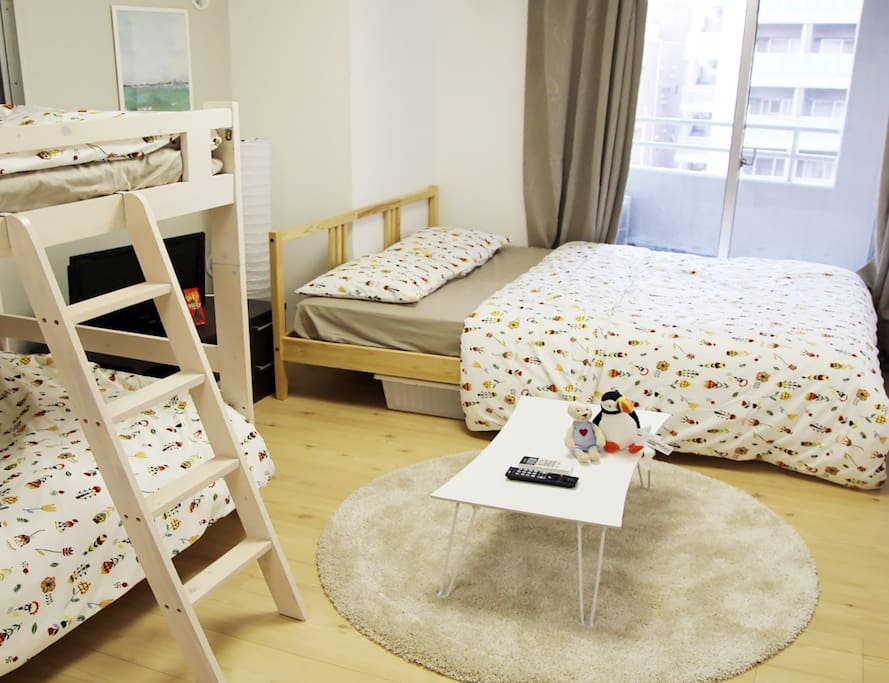 The bedroom is a double bed, a bunk bed and can accommodate four guests. Warm travel begins here. 臥室是一台雙人大床,一台雙層床,可以住四位客人。溫馨的旅行從這裡開始。