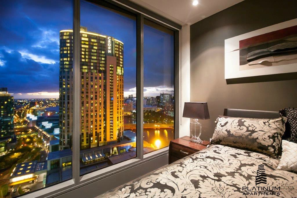 Fall asleep or wake up to this view everyday -Simply stunning city skyline views!
