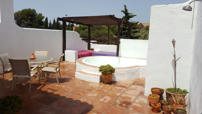Cozy apartment with sunny solarium & private pool - Estepona - Lägenhet