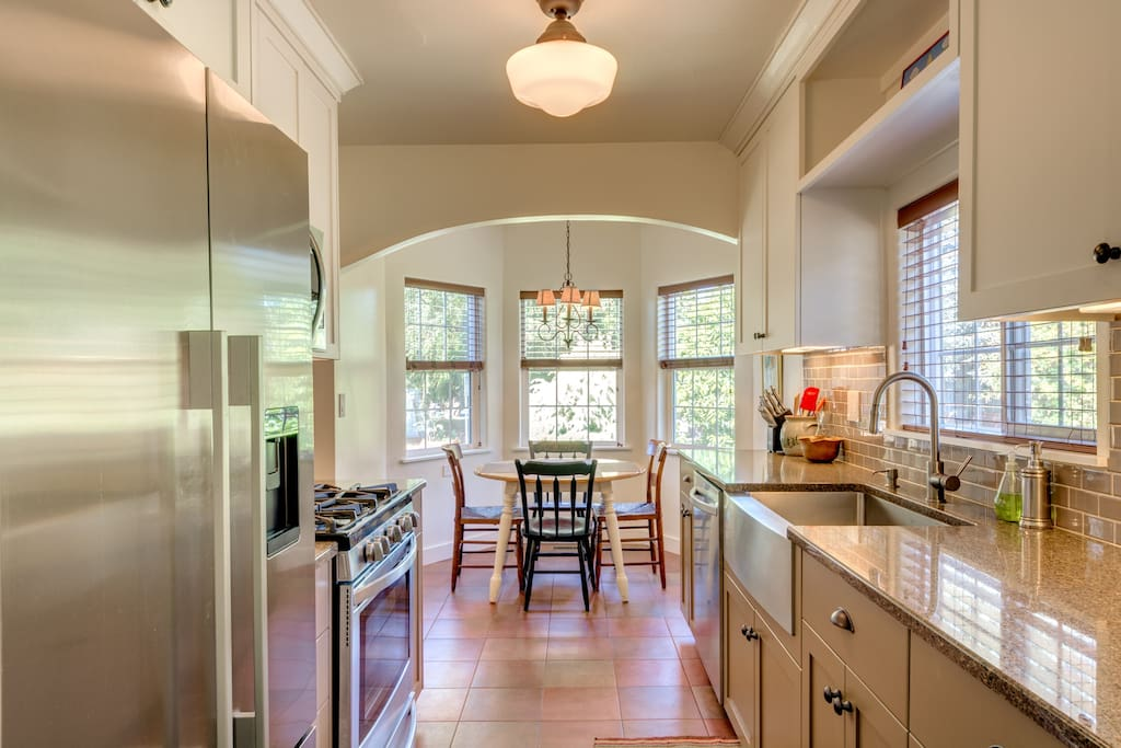 Fully remodeled kitchen and breakfast nook