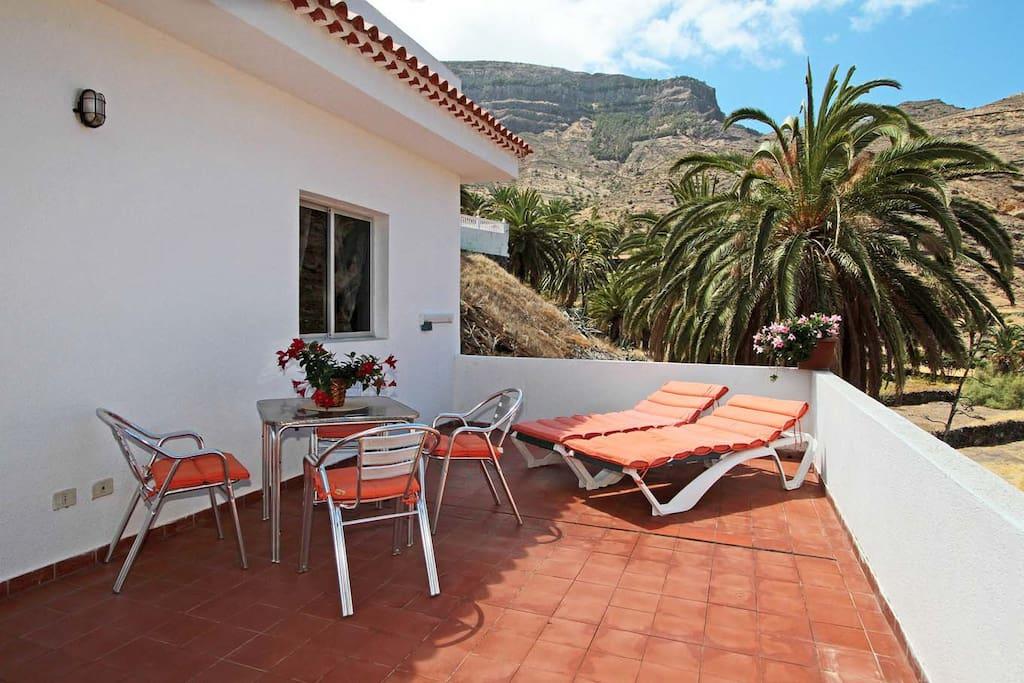 Terrasse mit Sitzecke und Sonnenliegen