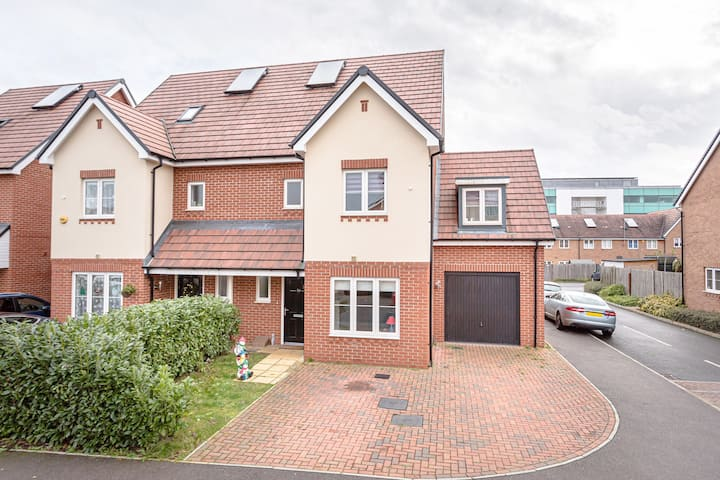 Stunning 4 bed  modern house near Harry Potter