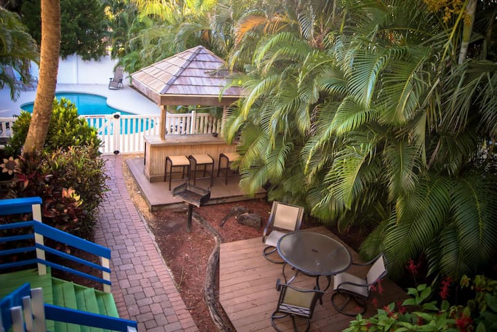 323 Canal Rd - Perfect Cozy Condo in the Heart of Siesta Key Village, a Block from Siesta Beach and Attractions
