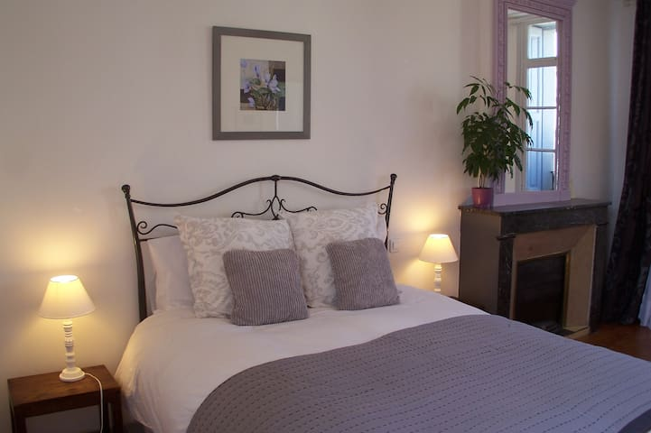 Large light room with super views - Prades - Bed & Breakfast