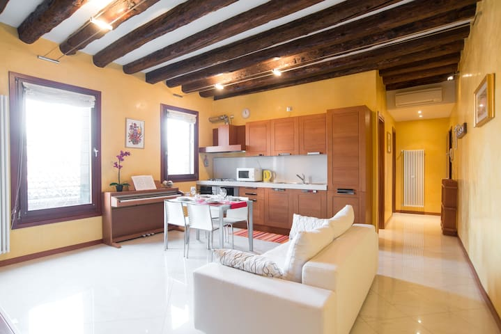 ELEGANT AND WIDE FLAT 5 MIN FROM THE TRAIN STATION - Veneza - Apartamento com serviços incluídos