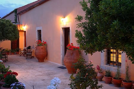"""ARHONTIKO ARHANES"" hospitality in MANSION HOUSE - Epano Archanes - Townhouse"