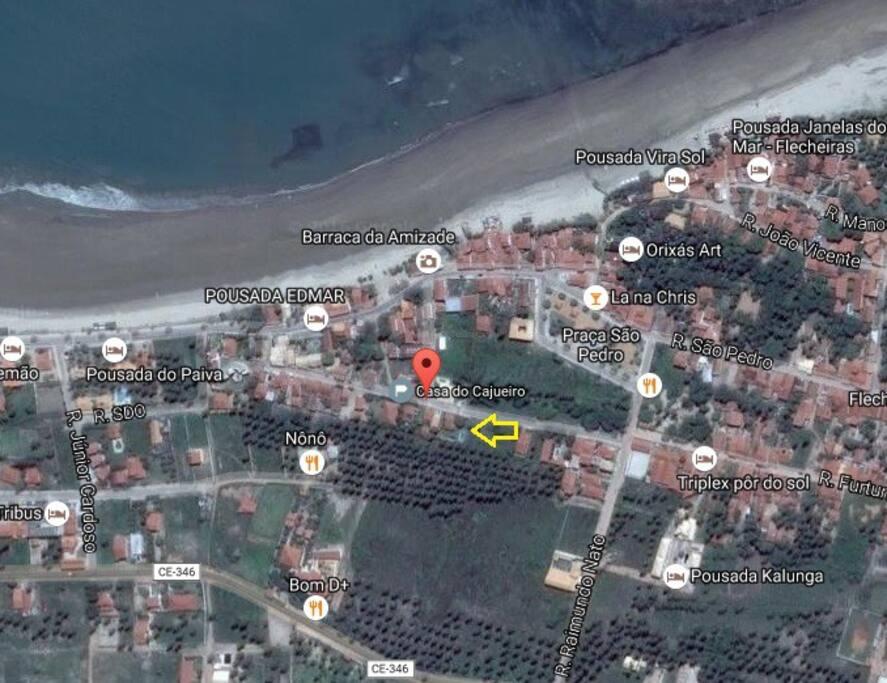 Localização privilegiada a 300 metros da praia, restaurantes e praça principal.