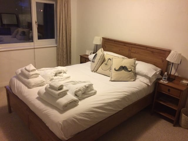Comfy King Bedroom - Zone 6 - Free WIFI - B&B