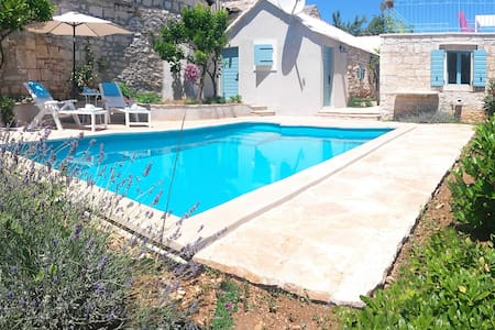 Orginal Brac stone-house with pool