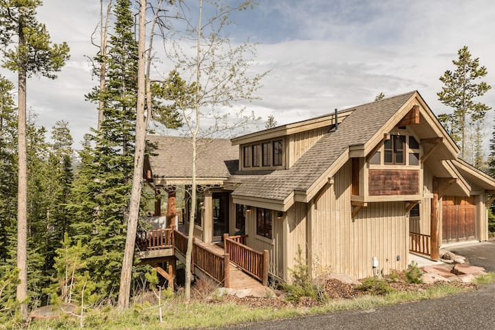 Cowboy-Chic, Ski-In/SkiOut, Home with Beautiful Mountain Views