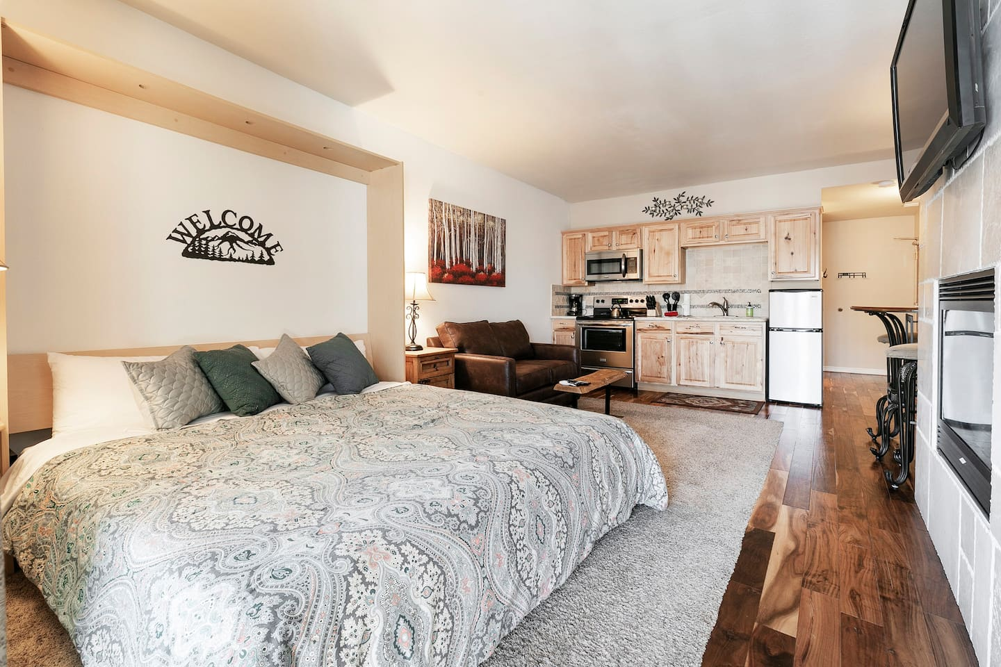 King Murphy Bed, Quality Linens, Love Seat Sofa Sleeper, Fireplace. Quiet!