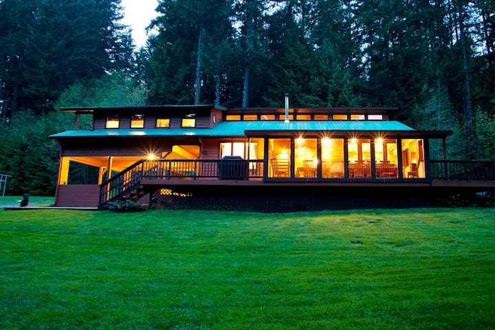 Award-Winning Cabin with Hot Tub and Pool Table