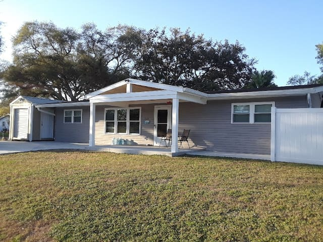 Gerhardt Place-- 4 bed/2bath Family Vacation Home