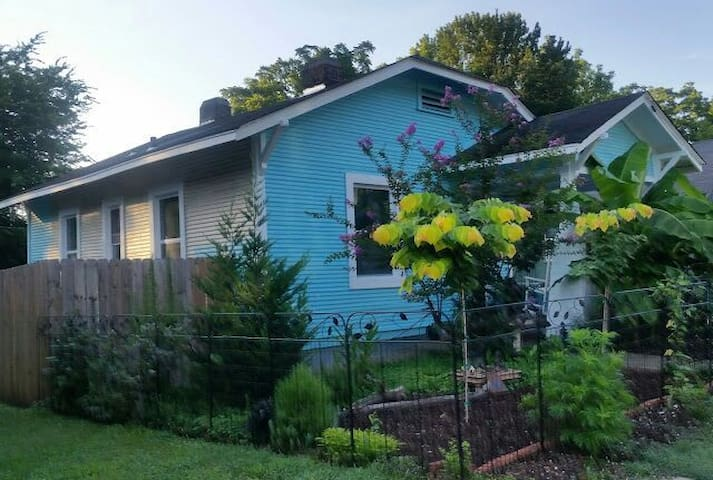 Charming Peaceful Bdrm Walk Historic Cooper Young