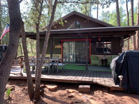 Amazing Red Door 2 bdrm cabin in the woods sleeps6