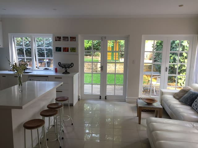 Fabulous bright and comfortable Cottesloe home - Cottesloe - Huis