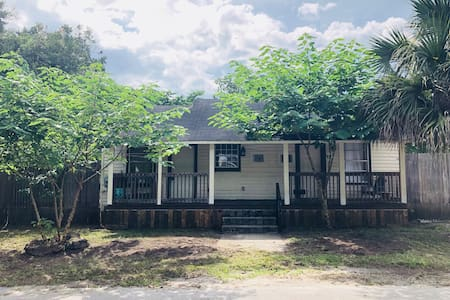 ★Vintage Apartment - DT - 1 Mile from UF Campus ★