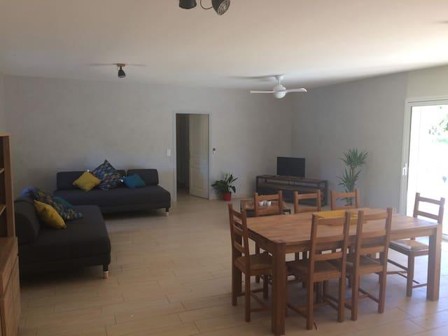 Grand séjour salle à manger vue sur piscine , table 8 à 12places, chaise haute, TV connectée à internet, ventilateur plafonnier , 2 canapés, transat bébé , wifi gratuit.