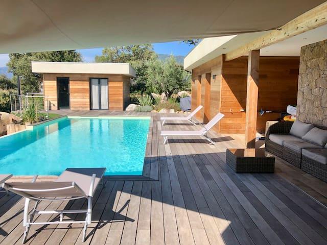 Villa en bois et pierre, 3 chambres avec piscine.