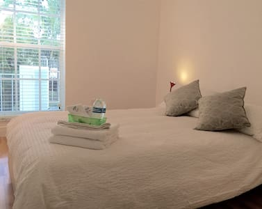 Bright Raimbow Room #2 (w/ shared bathroom BR #1) - North Miami