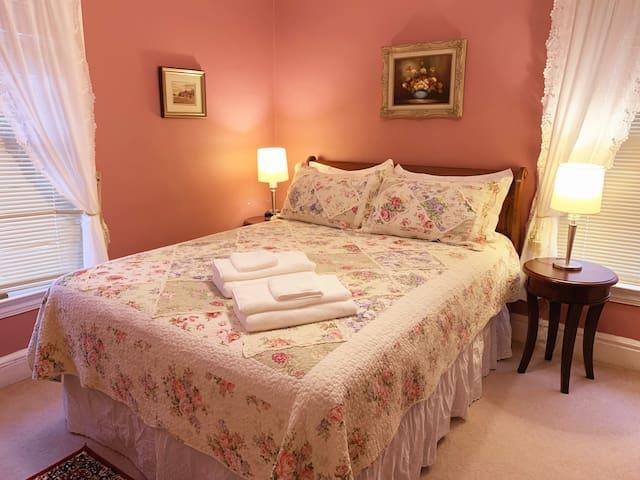 Victorian Pink Room & Hot Breakfast in Falls