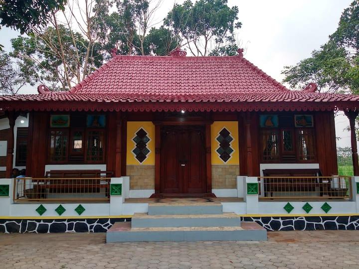 Villa and Homestay  Semarang Ndalem Nhayra