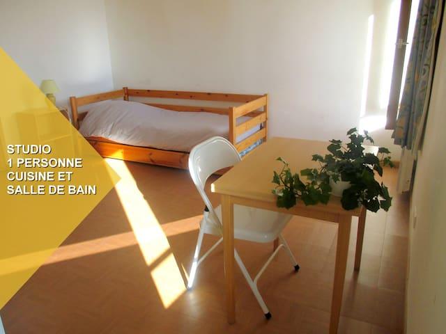 studio avec cuisine et  bain - Le Roc-Saint-André - Casa