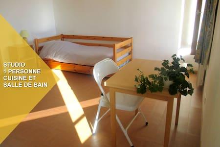 studio avec cuisine et  bain - Le Roc-Saint-André