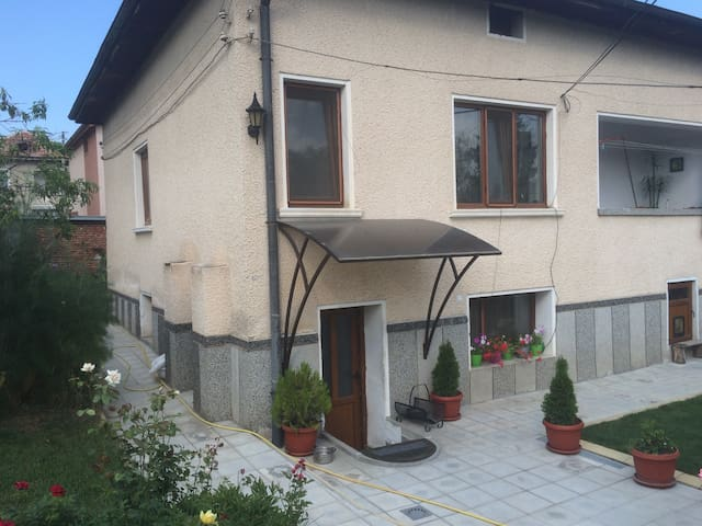 Small house in a quiet neighborhood - Velingrad - Haus