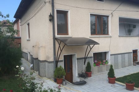 Small house in a quiet neighborhood - Velingrad - Hus