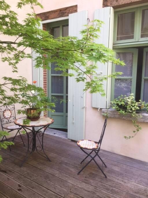 Une table et deux chaises pour prendre vos petits déjeuner à l'extérieur.
