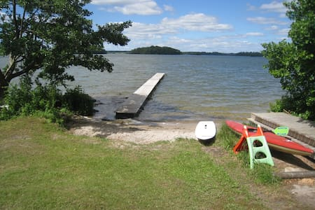 Sjönära sommarstuga med badstrand, båt uthyres